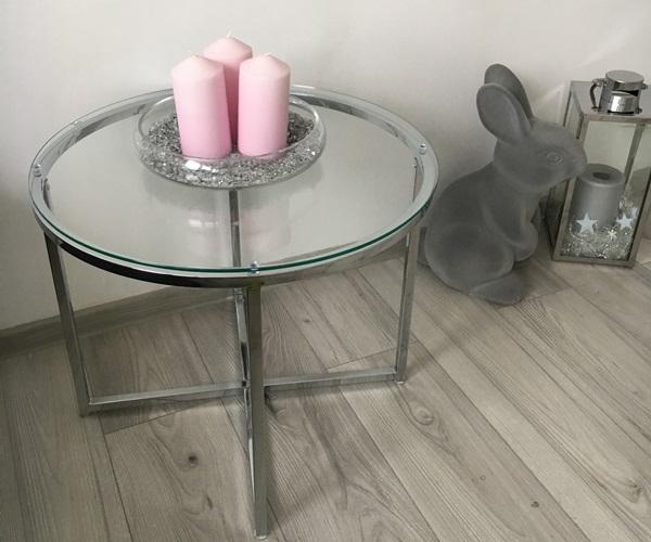 Urocza aranżacja ze stolikiem kawowym Actona Cross w salonie pani Adrianny