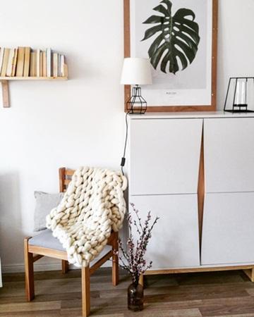 Biała nowoczesna szafka z drzwiczkami skandynawska Edge 1