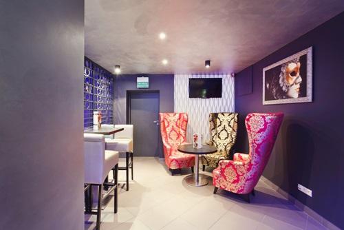 Wnętrze w stylu glamour ze ścianami wykończonymi panelami Dunes