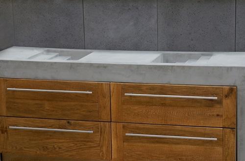 Blat betonowy SLABB w aranżacji z drewnianą szafką