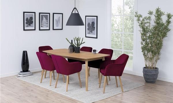 Kolorowe krzesła do jadalni w klasycznych aranżacjach