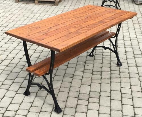lakier i lakierobejca wykorzystywane do ochrony drewnianego stołu ogrodowego