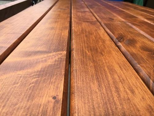 drewniany stół ogrodowy pomalowany bejcą