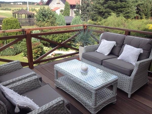 Taras w stylu prowansalskim z meblami ogrodowymi Trivento