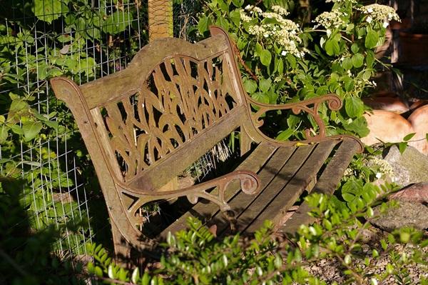 jak odnowić stare meble ogrodowe