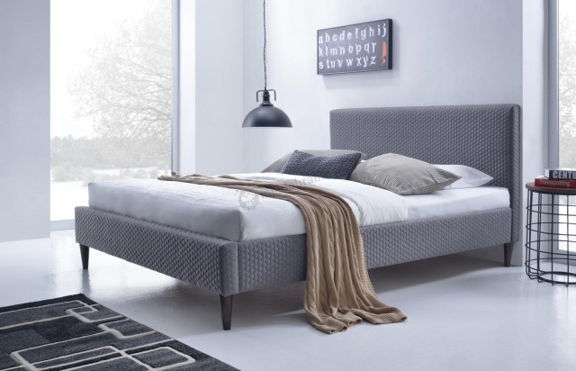 łóżko drewniane z tapicerowanym zagłówkiem