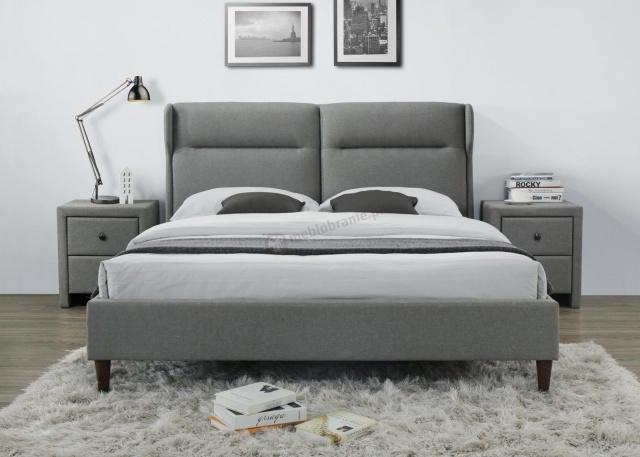 drewniane łóżko z tapicerowanym zagłówkiem
