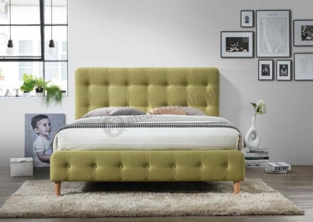 drewniane łóżko z wezgłowiem