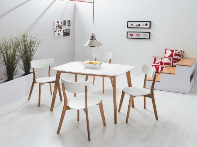 stół w małym salonie w bloku