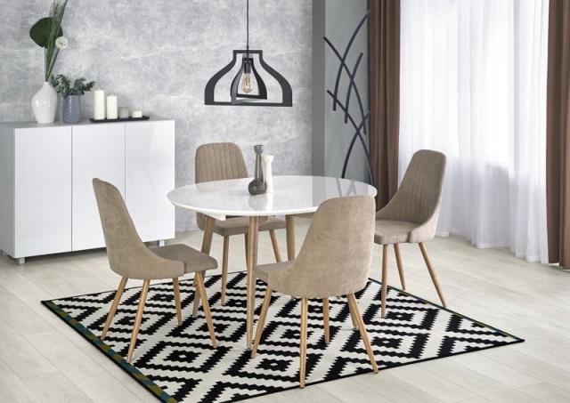 stół okrągły czy kwadratowy w niewielkim salonie