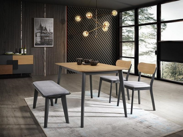 stół okrągły czy prostokątny w niewielkim salonie