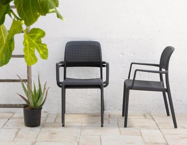 czarne krzesło ogrodowe