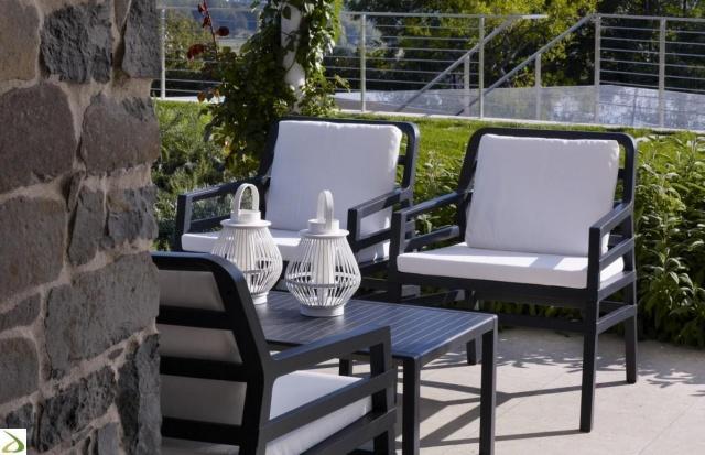 czarne krzesła ogrodowe