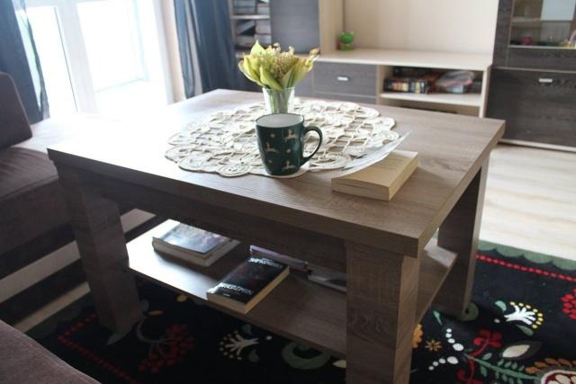 mały salon w bloku ze stołem