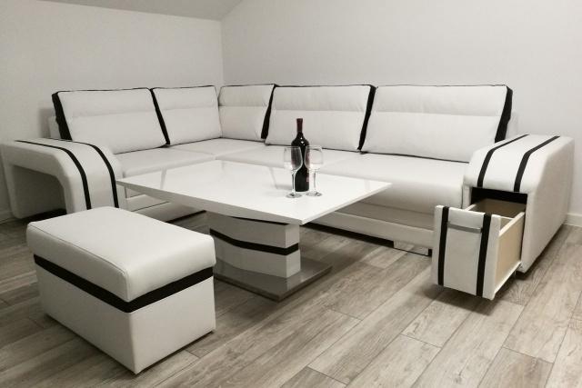 aranżacja małego salonu ze stołem