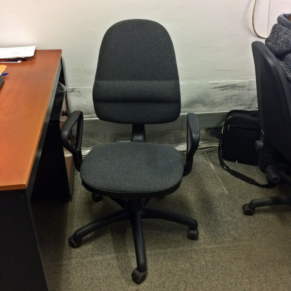 krzesło obrotowe skrzypi